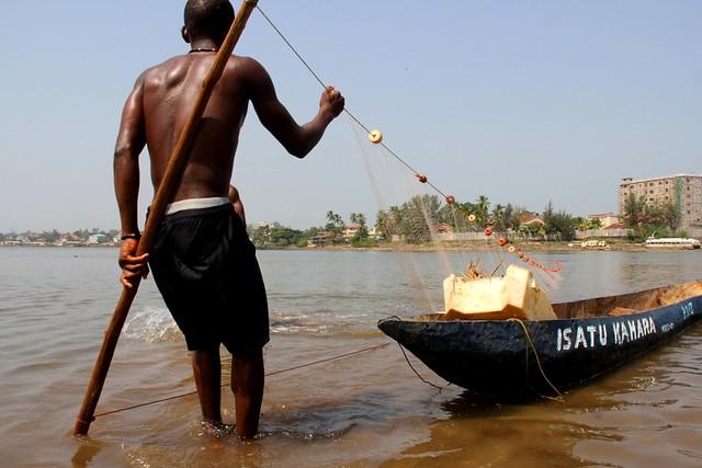 Las comunidades costeras de todo el mundo y en particular de África están cada vez más en riesgo por los impactos en los océanos y las aguas congeladas del cambio climático, según un alarmante informe del IPCC. En la imagen, un pescador artesanal prepara su canoa y sus redes en la costa de Freetown, en Sierra Leona. Crédito: Travis Lupick / IPS