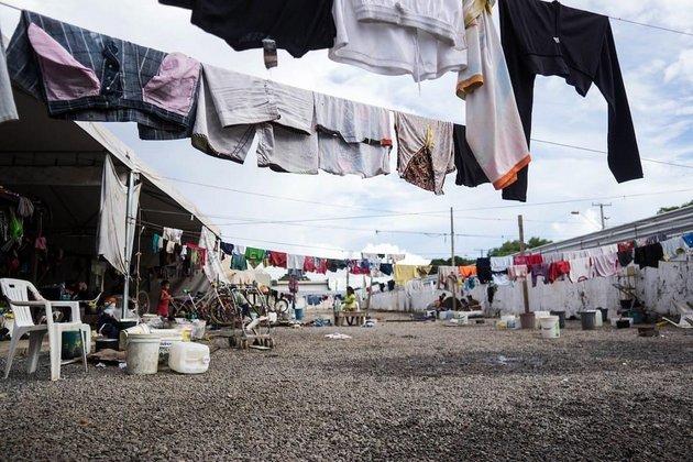 Los refugios hacinados para los venezolanos, en el fronterizo estado brasileño de Roraima, tienen que hacer frente a problemas de higiene, abuso de alcohol y violencia. A medida que los venezolanos continúen llegando, deben encontrarse nuevas soluciones para ayudar a las poblaciones más vulnerables. Crédito: Bram Ebus/CrisisGroup