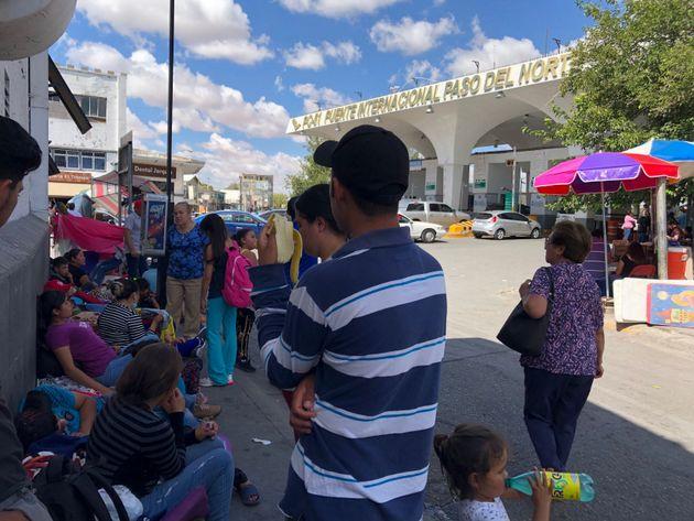 Desplazados de regiones violentas de México, apostados frente al puente internacional del Paso Norte, en el centro de Ciudad Juárez, en la frontera con Estados Unidos. Crédito: La Verdad/En el Camino