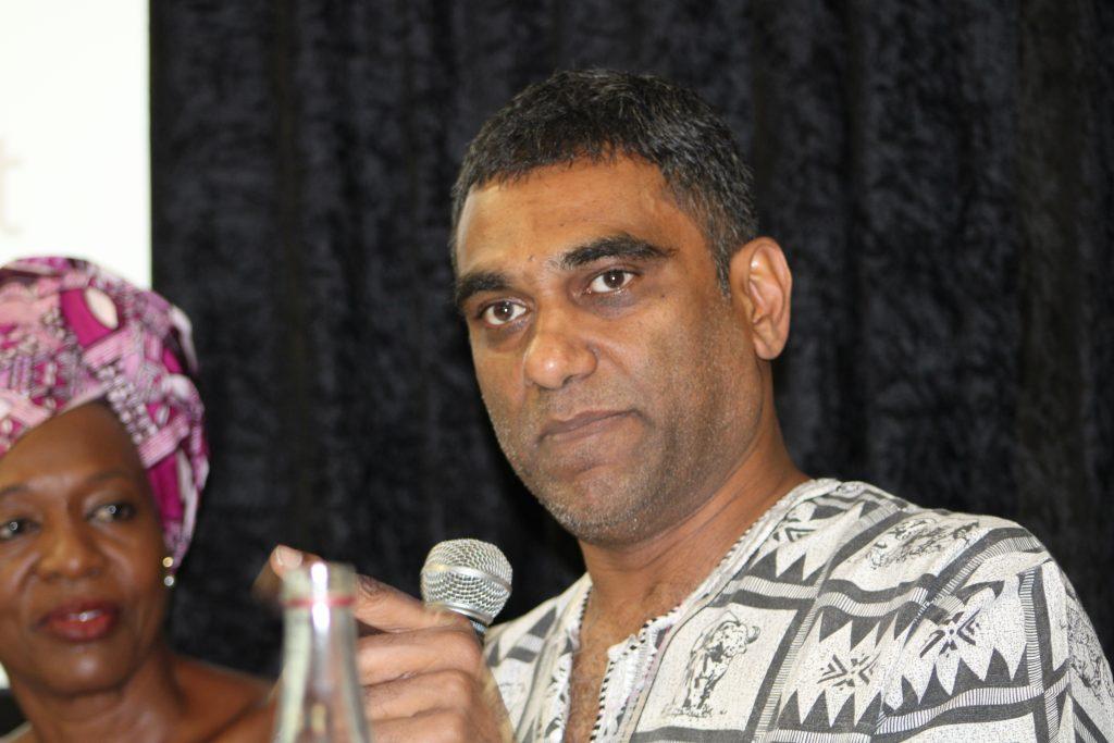 Kumi Naidoo, secretario general de Amnistía Internacional y ex director ejecutivo de Greenpeace Internacional, dijo durante una Cumbre Mundial sobre Desinversión-Inversión y Clima, en Ciudad del Cabo, en Sudáfrica, que el cambio climático es un cambio de juego para las personas porque se trata de la economía, la paz y los derechos humanos. Crédito: Busani Bafana / IPS