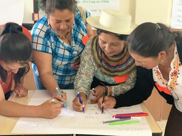 Un grupo de mujeres ecuatorianas planifican acciones de participación política. Crédito: PNUD Ecuador