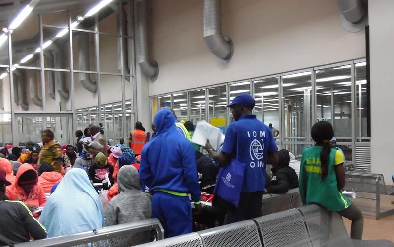 Migrantes en el aeropuerto de Yaounde, tras ser devueltos desde Europa a Camerún. Un informe del PNUD, con base en 1970 migrantes indocumentados de 39 países africanos en 13 países europeos, mostró que la mayoría tenían trabajo con sueldos sobre el promedio o estudiaban cuando decidieron buscar mejores oportunidades. Crédito: Mbom Sixtus / IPS