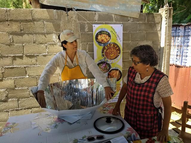 Las cocinas solares son dispositivos que permiten preparar alimentos con la radiación como fuente de energía, pues funcionan como un invernadero que, al concentrar el calor, cuecen la comida