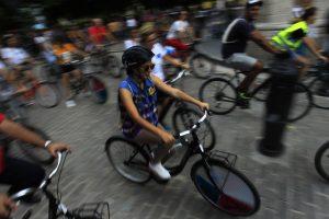 Residentes de la capital cubana durante una Bicicletada por el Clima, una de las actividades que se repiten en La Habana para promover el uso de la bicicleta con fines recreativos y de transporte sostenible. Crédito: Jorge Luis Baños/IPS