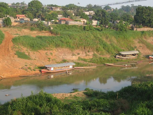Ribera del río Iaco, tributario del gran río Purus, uno de principales afluentes del Amazonas, en los márgenes de la ciudad de Sena Madureira, que surgió durante la bonanza del caucho natural a fines del siglo XIX. Aunque en decadencia, la pesca sigue como importante fuente de ingresos en este municipio de 45.000 habitantes del estado amazónico de Acre, en Brasil. Crédito: Mario Osava/IPS