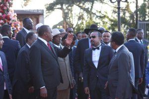 El primer ministro de Etiopía, Abiy Ahmed (centro con gafas de sol), a quien se le concedió el día 11 el Premio Nobel de la Paz, en un encuentro un día antes con los presidentes de Kenia, Uhuru Kenyatta (corbata roja), el presidente de Uganda, Yoweri Museveni (detrás con sombrero beige). También estuvo presente el presidente de Sudán del Sur, Salva Kiir, y el presidente de Somalia, Mohamed Abdullahi. Crédito: James Jeffrey / IPS