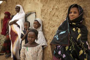 Unas niñas malienses se resguardan a la sombra en Kidal, en el norte de Malí. Crédito: Marco Dormino/ONU