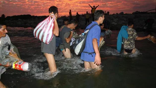 Migrantes centroamericanos atraviesan en medio de la noche uno de los ríos que deben sortear para alcanzar su meta de llegar a Estados Unidos, en un azaroso recorrido de miles de kilómetros. Crédito: Cortesía de Fonamih