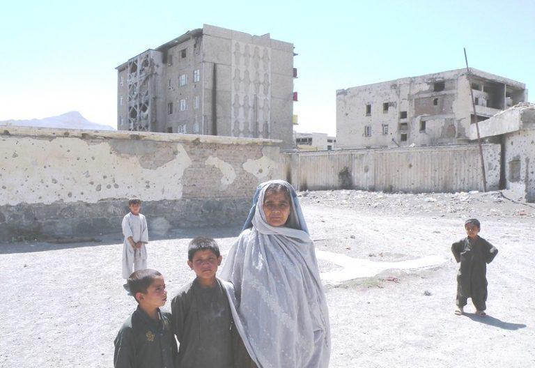 Una madre y sus hijos, en medio de los escombros de una bomba en las afueras de Kabul. Un nuevo informe de las Naciones Unidas alarma con el dato de que 12.599 menores de edad, la mayoría niños, fueron muertos o heridos en la guerra de Afganistán entre 2015-2018, un 82 por ciento más que entre 2011-2014. Crédito: Anand Gopal / IPS