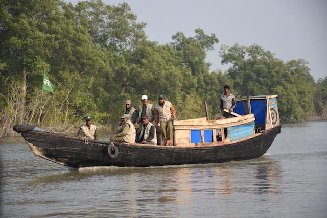 Guardias forestales patrullan por un santuario de delfines en el manglar de los Sundarbans, en Bangladesh. Crédito: Rezaul Karim Chowdhury / IPS