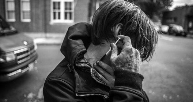 Caleb Walton, mientras se inyectaba durante la entrevista. La dosis de heroína mezclada con metanfetamina le ocasionó un conato de sobredosis. Crédito: Heriberto Paredes/Pie de Página