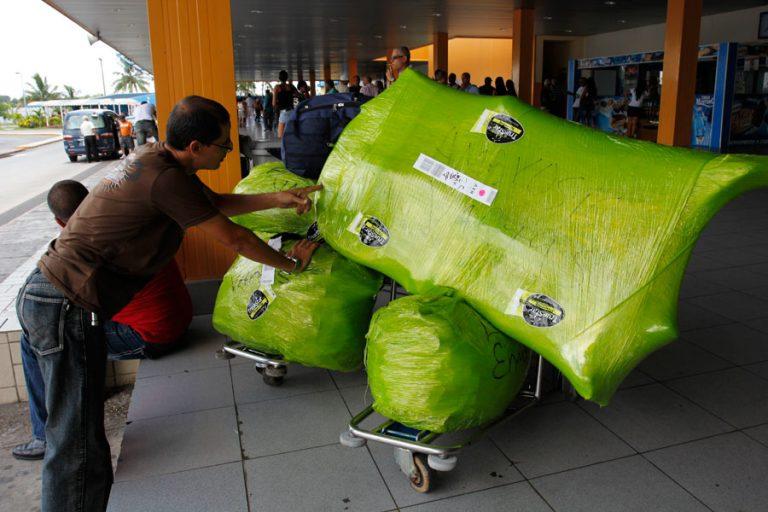 Muchas personas optaban por viajar al exterior a comprar mercancías y traerlas a Cuba para la reventa local. Crédito: Jorge Luis Baños/IPS