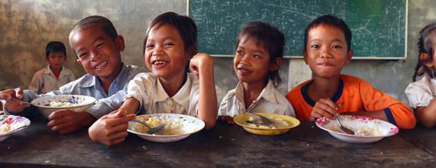 Niños que sufren inseguridad alimentaria en áreas rurales de Camboya, reciben desayunos en sus escuelas. Crédito: PMA