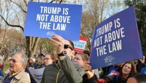 Un grupo de manifestantes estadounidenses en favor del proceso de destitución del presidente Donald Trump, abierto el 24 de septiembre por la presidenta de la Cámara de Representantes, Nanci Pelosi. Crédito: Pfaw.org