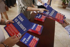 Ejemplares del informe de Cuba versus el Bloqueo, como se le llama internamente al embargo de Estados Unidos contra el país, distribuidos a corresponsales durante una conferencia en la sede del Ministerio de Relaciones Exteriores en La Habana. Crédito: Jorge Luis Baños/IPS