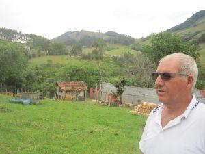 """Elias Cardoso se enorgullece de los bosques restaurados en su propiedad de 67 hectáreas, donde protegió y reforestó una docena de nacientes, además de arroyos. """"Fui cobaya del proyecto Conservador de Aguas, me decían loco"""", cuando aún la alcaldía no pagaba por ello en Extrema, un municipio del sureste de Brasil. Crédito: Mario Osava/IPS"""