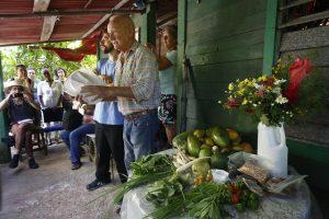El productor cubano Wilfredo Pérez comparte éxitos de sus experimentos ecológicos con participantes en el VII Encuentro Internacional de Agroecología, Agricultura Sostenible y Cooperativismo, en la finca La Cañada, en la localidad de Arroyo Arenas, en municipio de La Lisa, en la periferia de La Habana. Crédito Jorge Luis Baños/IPS