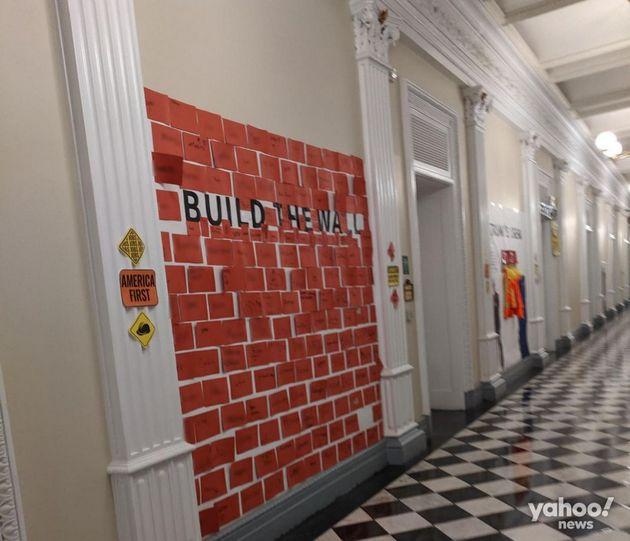 Parte del muro construido por niños durante la fiesta de Halloween en paredes de la Casa Blanca. Crédito: Yahoo