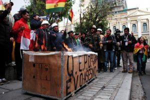 Legisladores de oposición a Evo Morales y activistas celebran el anuncio de su renuncia a la presidencia el domingo 10, frente al antiguo Palacio de Gobierno en la Plaza Murillo, en el corazón de La Paz, la capital política de Bolivia. Crédito: Franz Chávez/IPS