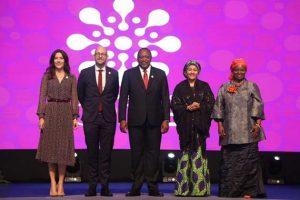 El presidente de Kenia, Uhuru Kenyatta (C), con la subsecretaria general de la ONU, Amina Mohammed, y la directora ejecutiva de UNFPA, Natalia Kanem a su izquierda, junto al ministro de Cooperación para el Desarrollo de Dinamarca, Rasmus Prehn, y a princesa Mary de ese país, a su derecha. Crédito: CIPD25