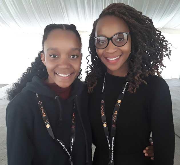 Las delegadas juveniles de Botswana en la 25 Conferencia Internacional sobre Población y Desarrollo, realizada en Nairobi, Michele Simon (I) y Botho Mahlunge. Crédito: Joyce Chimbi / IPS