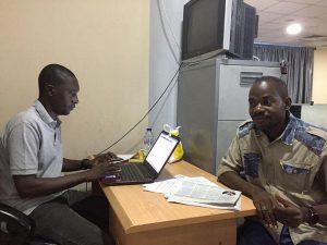 Hamza Idris (I), editor de Daily Trust, junto a su colega Hussaini Garba Mohammed, en su oficina en Abuya, la capital de Nigeria. La redacción del diario fue allanada en enero por el ejército, que confiscó 24 computadoras, además de algunos teléfonos de los periodistas. Crédito: Jonathan Rozen/CPJ