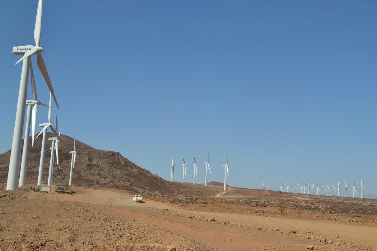 El parque eólico del lago Turkana, en Kenia, inaugurado en julio, genera 300 MW. Crédito: Isaiah Esipisu / IPS