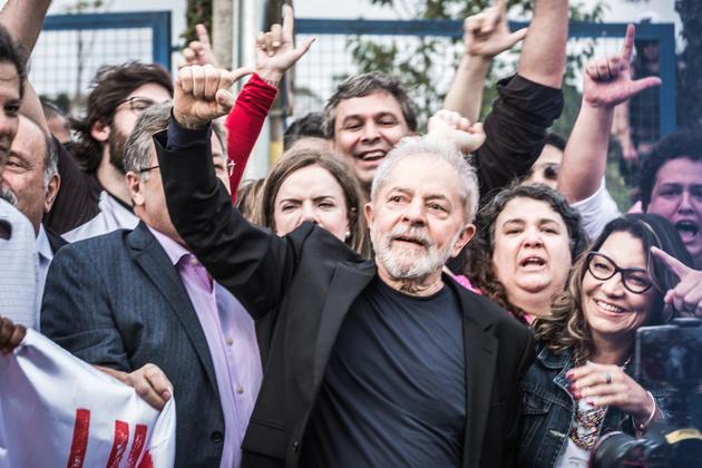 El expresidente brasileño Luiz Inácio Lula da Silva, a su salida de la sede de la Policía Federal en Curitiba, donde estuvo detenido 580 días, tras ser liberado el viernes 8 por un fallo del Supremo Tribunal Federal de Brasil la jornada anterior. Crédito: Gibran Mendes / CUT Paraná-Noticias Públicas