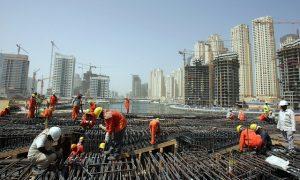 Migrantes paquistaníes trabajan en la construcción de un rascacielos en Dubái. Crédito: S. Irfan Ahmed/IPS