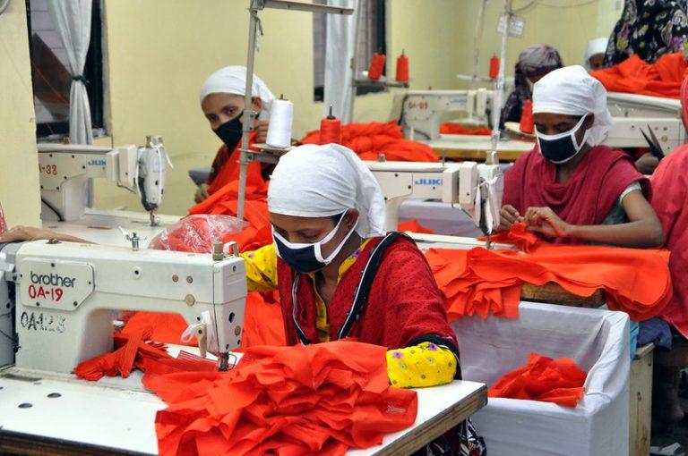 Bangladesh implementa iniciativa de salud mental para las mujeres en el rubro de la industria textil que sufren de ansiedad y estrés por la cantidad de horas de trabajo que están lejos de sus hijos