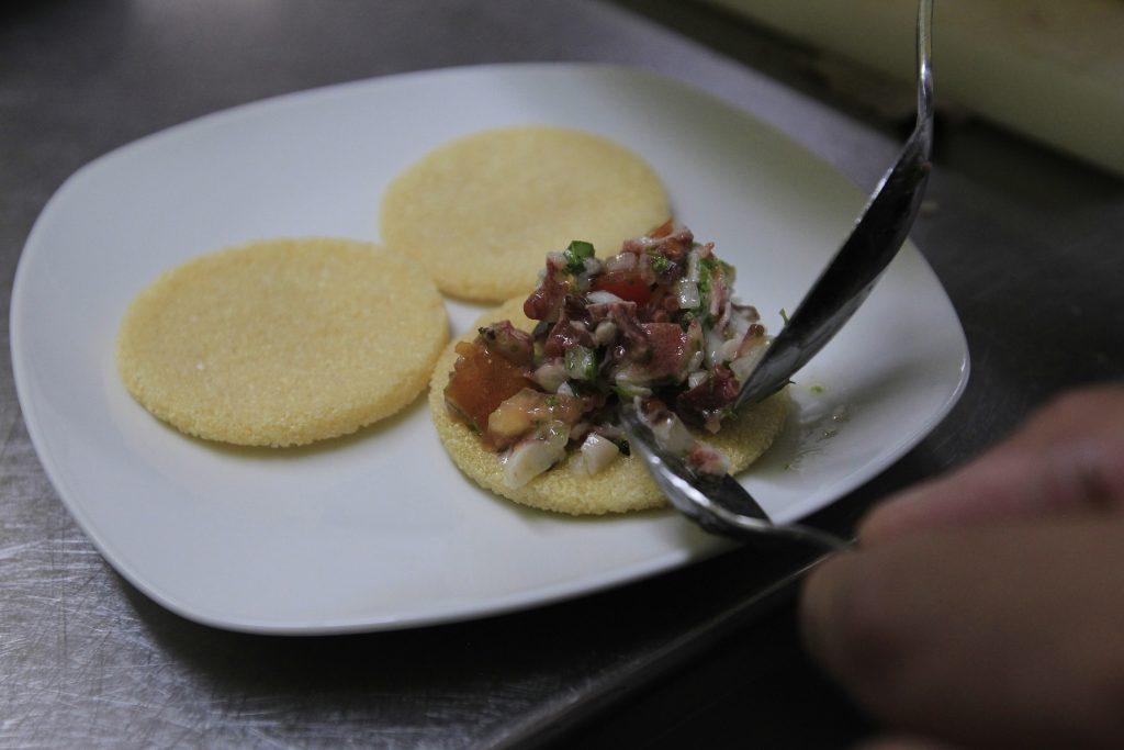 El casabe, un plato que se encuentra ligado a las tradiciones culinarias e históricas de Cuba, cuenta con amplias credenciales para ser declarado patrimonio cultural de la nación y la humanidad