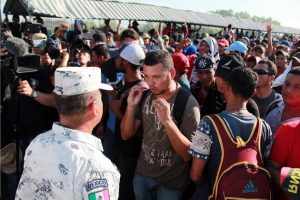 Los migrantes hondureños buscan la manera de entrar a México en búsqueda de mayor seguridad y estabilidad económica