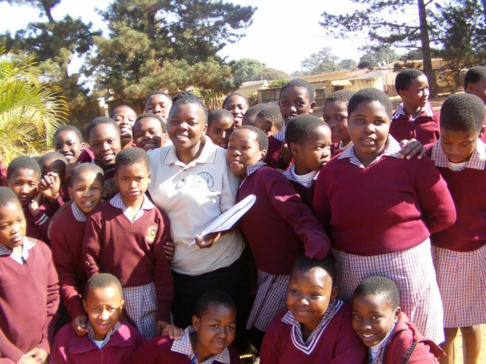 La capacitadora Nomcebo Mkhaliphi, en la escuela primaria de la ciudad de Kwaluseni, en Suazilandia, ayuda a las niñas a superar las humillaciones que sufren por el estigma de la menstruación