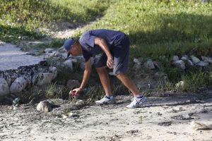 Por una variedad de factores, como la acción humana, el mantenimiento escaso y el cambio climático, la erosión de las playas cubanas es cada vez mayor, perdiendo cada año entre uno y dos metros de línea costera