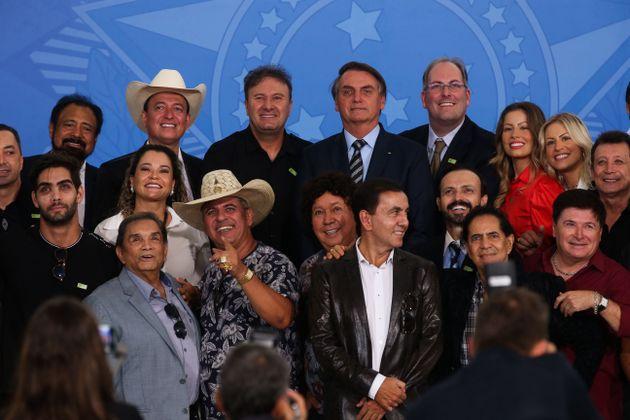 Jair Bolsonaro lidera una parte de la población que al parecer se siente oprimida por los avances de la ciencia, la cultura y las nuevas costumbres y que lo apoya en su visión retrógrada y simplista de gobierno (210)