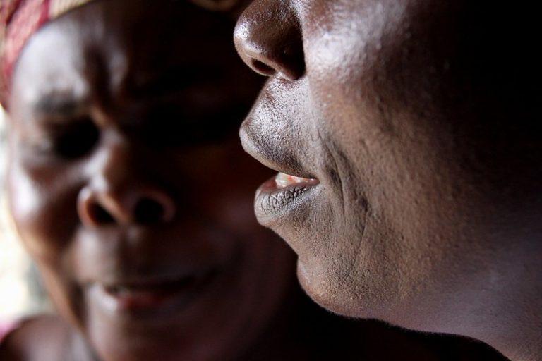 """La Organización Mundial de la Salud ha lanzado una """"calculadora de costos"""" de la mutilación genital femenina, que sitúa en unos 1400 millones de dólares anuales lo que vale una práctica considerada por los activistas como una violación a los derechos humanos, que afectaría actualmente a unos 200 millones de niñas y mujeres en el mundo. Crédito: Travis Lupick / IPS"""