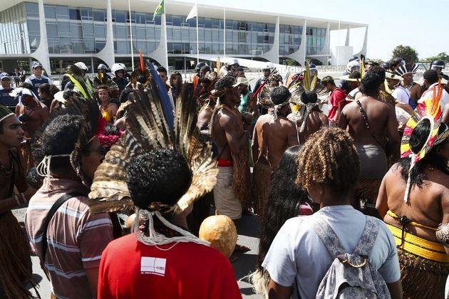 La ley propuesta por Bolsonaro no beneficiaría a los indígenas, como pretende el discurso oficial, sino al agronegocio y las empresas mineras, en violación a los derechos constitucionales de los pueblos originarios