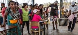 Una de cada tres personas en Venezuela carece de suficiente comida, debiendo recortar las porciones que comen y vender bienes para poder comer