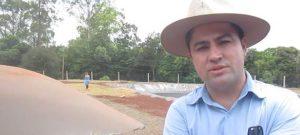 la Central Hidroeléctrica de Itaipú Binacional, que impulsan fuentes energéticas alternativas en su área de influencia e innovaciones tecnológicas, como vehículos eléctricos o propulsados por biometano, o el biogás purificado. La potencia de Itaipú, la segunda mayor central hídrica del mundo, compartida por Brasil y Paraguay, es de 14000 megavatios. Equivale a 29166 minicentrales como la de Entre Ríos, pero aun así la gigante binacional que responde por cerca de 11 por ciento del consumo brasileño y 88 por ciento del paraguayo, sigue fomentando la producción del biogás, tanto para generación eléctrica como biometano. El aprovechamiento energético de los excrementos ganaderos y los residuos orgánicos, y de los biofertilizantes derivados, evita que esos sedimentos vayan a los ríos y contaminen el embalse hidroeléctrico, explicó el general Luiz Felipe Carbonell, director de Coordinación de Itaipú.
