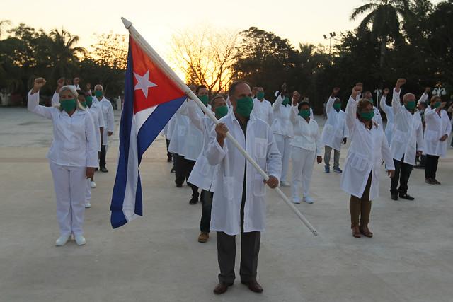 Un grupo de médicos participa en La Habana en una ceremonia de despedida en la cubana Unidad Central de Cooperación Médica, antes de salir en misión a San Cristóbal y Nieves para colaborar con la contención allí del brote del coronavirus. Foto: Jorge Luis Baños/IPS