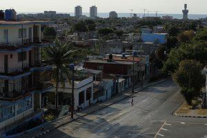 A lo lejos, una mujer camina por una calle solitaria de La Habana por el aislamiento social que se ha impuesto en casi todos los países de América Latina por la pandemia de covid-19. Un contexto que ha incrementado las agresiones callejeras contra las mujeres en la región, mientras dentro de los hogares sube la violencia de género, con las víctimas obligadas a permanecer confinadas junto con sus maltratadores. Foto: Jorge Luis Baños/IPS