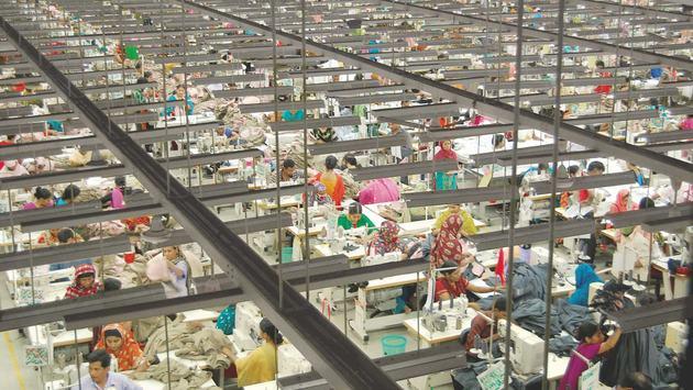 Las prácticas comerciales con las que grandes marcas de ropa responden a la crisis generada por la covid-19 están dejando sin trabajo a millones de personas en Asia, advirtió en un informe la organización Human Rights Watch (HRW).