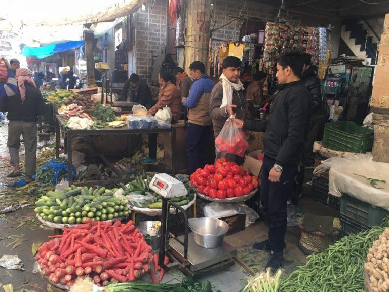 """Los tradicionales """"mandis"""" de India, los mercados agrícolas al aire libre donde los productores venden directamente sus cultivos a los consumidores, tienen pocos compradores actualmente por las medidas restrictivas de la cuarentena nacional que vive en país asiático. Foto: Neeta Lal / IPS"""