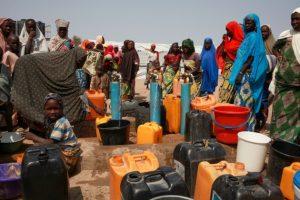 Mantener el distanciamiento social o lavarse las manos con frecuencia, las medidas más elementales frente al coronavirus, son un lujo para los refugiados y desplazados por los conflictos en Borno, el estado más al noreste de Nigeria, advirtió la organización humanitaria Médicos Sin Fronteras (MSF).