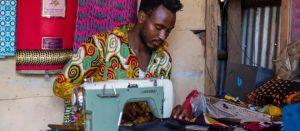 En lugares tan diversos como Alemania, Malasia o Kenia, sastres refugiados que huyeron de sus países asolados por conflictos armados encontraron una opción de trabajo en la confección de mascarillas para la protección sanitaria anticoronavirus.
