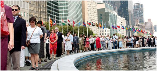 Personal de la ONU mientras aguardaba para ingresar a una actividad interna en su sede en Nueva York, antes del cierre de la Secretaría General por la covid.19. Foto: ONU