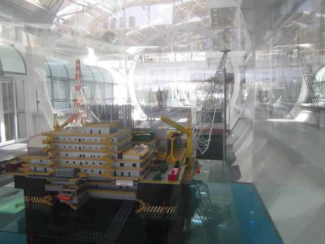 Maqueta de una de las plataformas petroleras para la extracción en alta mar del crudo presal, expuesta dentro del Centro de Investigaciones de la empresa estatal Petrobras, en Río de Janeiro, en Brasil. Foto: Mario Osava/IPS