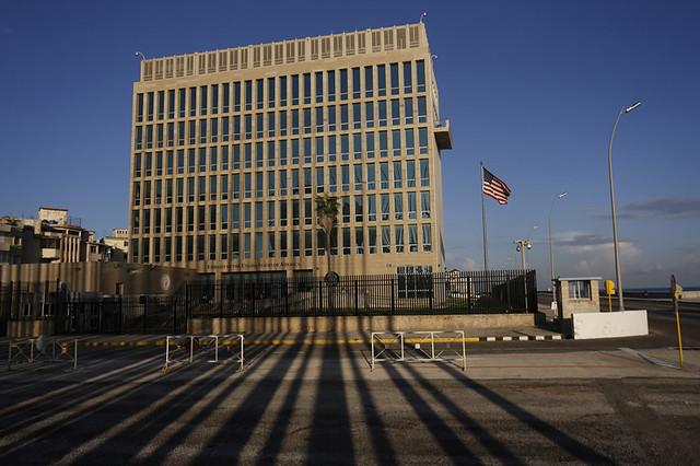Vista exterior del edificio de la sede de la embajada de Estados Unidos en La Habana, ahora prácticamente vacía, después que la mayoría de su personal se retiró de Cuba a fines de 2018. Foto: Jorge Luis Baños/IPS