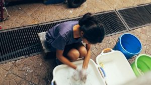 Las medidas de confinamiento y de contención frente a la covid-19 amenazan con aumentar los niveles de pobreza relativa de los trabajadores de la economía informal, hasta 56 por ciento en los países de bajos ingresos, según nuevo documento de la Organización Internacional del Trabajo (OIT).
