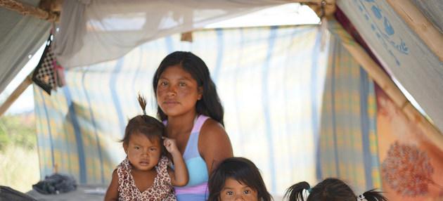 Magdalena, indígena venezolana, con parte de su familia en la aldea de Tarauparu, en el extremo norte de Brasil, a donde han llegado miles de warao huyendo de las precarias condiciones en las que sobreviven en el oriente de Venezuela. Foto: Viktor Pesenti/Acnur